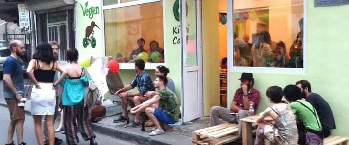 Grupo neonazista invade café vegano na Geórgia, insulta e atira carnes nos donos e clientes
